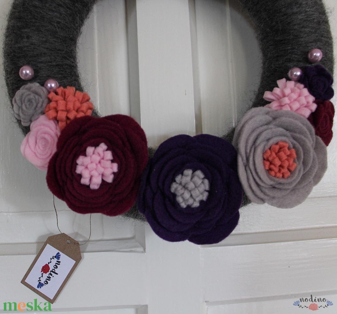 Koszorú filc virágokkal és ezüst, rózsaszín gyöngyökkel - otthon & lakás - dekoráció - ajtódísz & kopogtató - Meska.hu