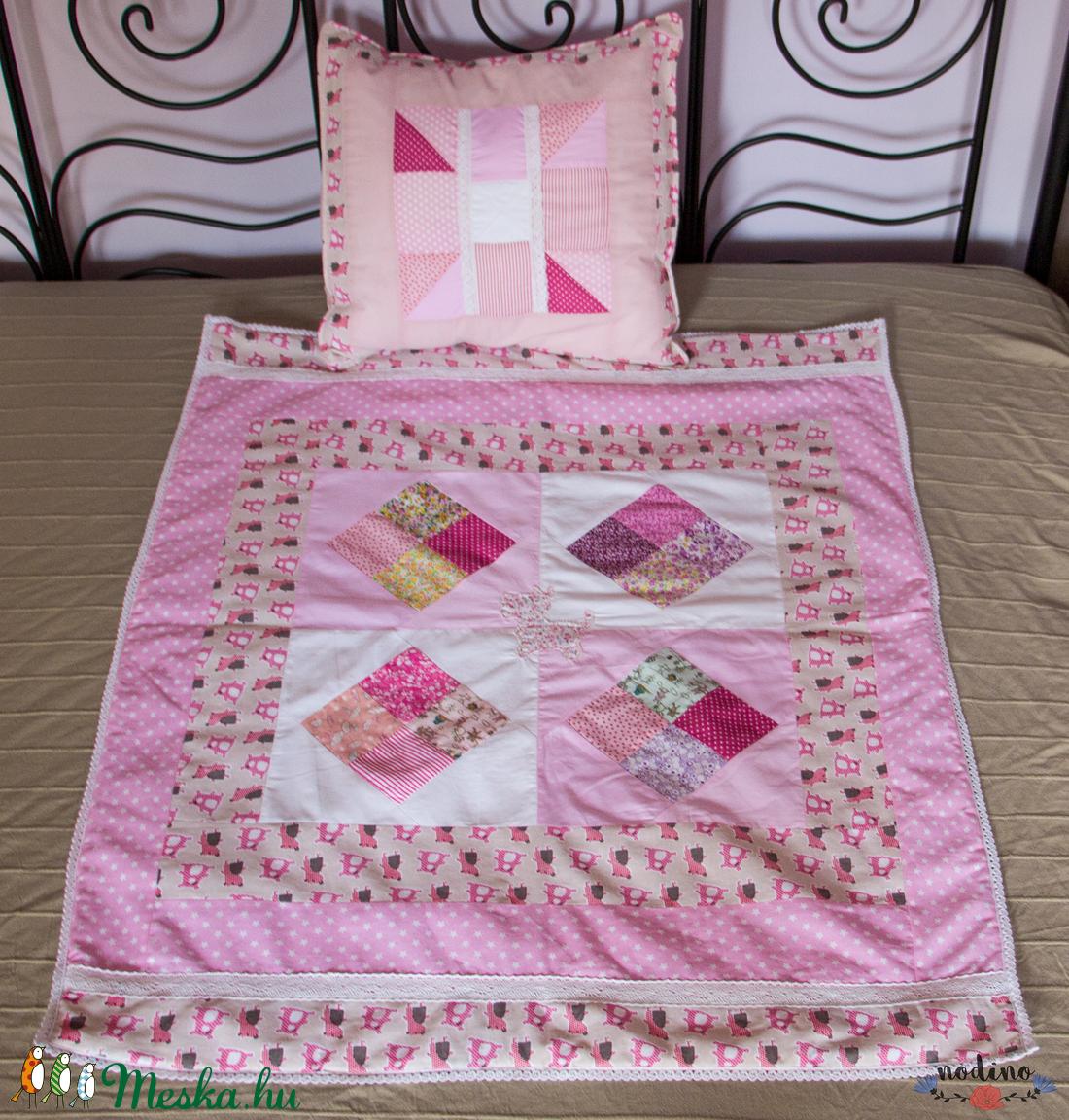 Csipkés rózsaszín patchwork babatakaró 633cf21bc6