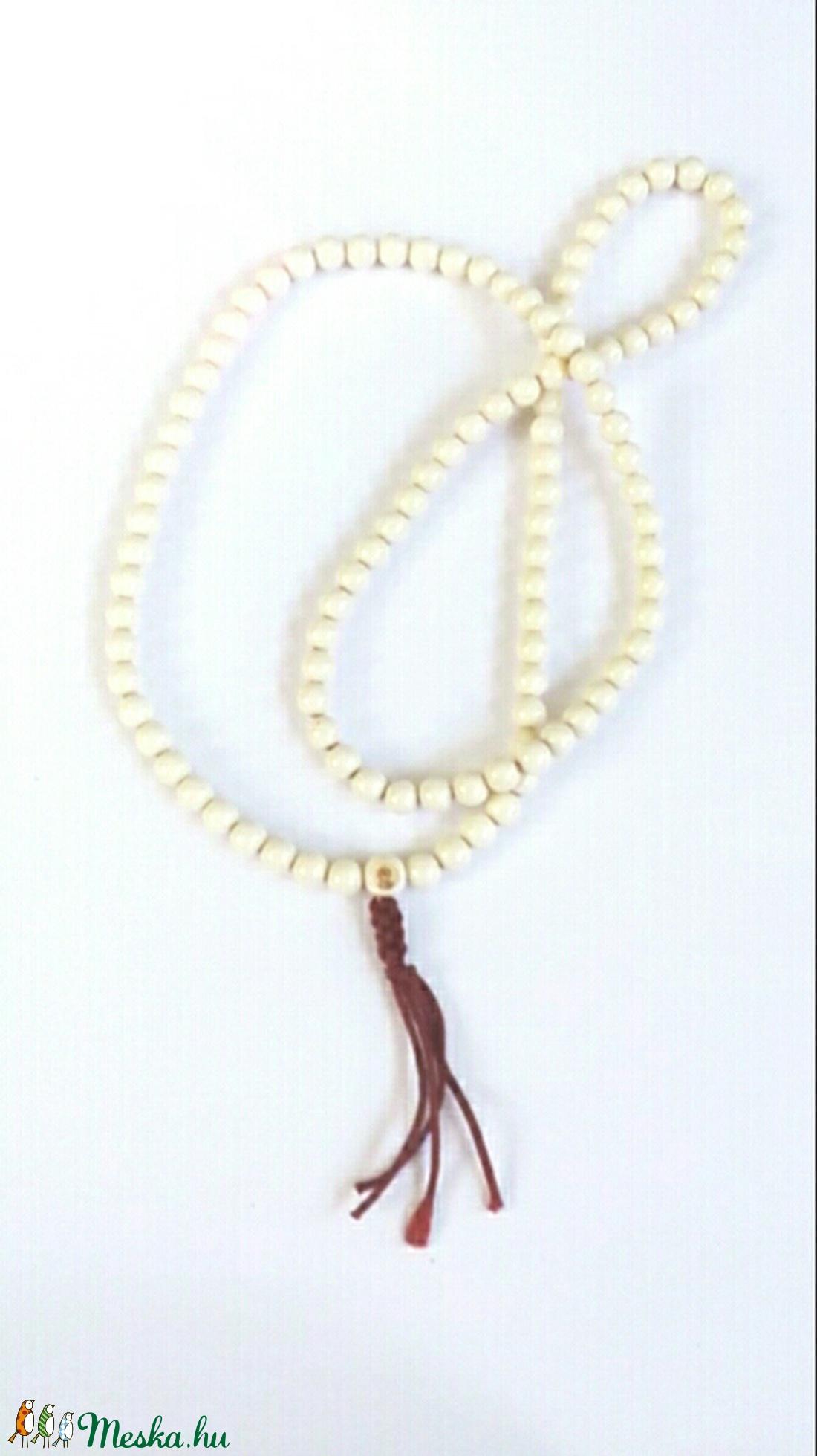 Mala, fehér színű, 8 mm-es, akril gyöngyökből készült. A kezdő szemen védő istenség képe. 108 szemmel. (oldjeansgarboo) - Meska.hu