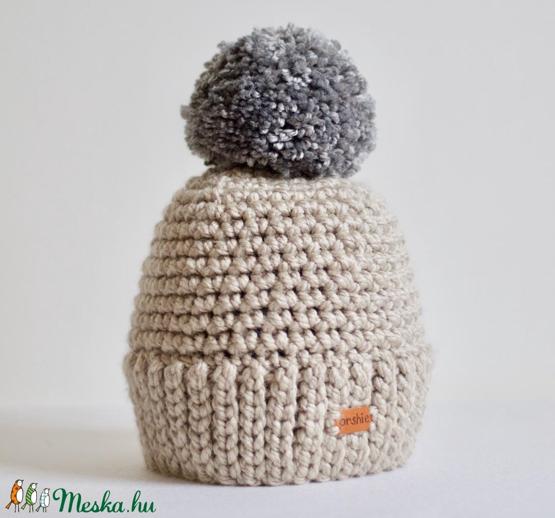 Női horgolt téli sapka pom-pommal (orshiecrochet) - Meska.hu 99570bb40f