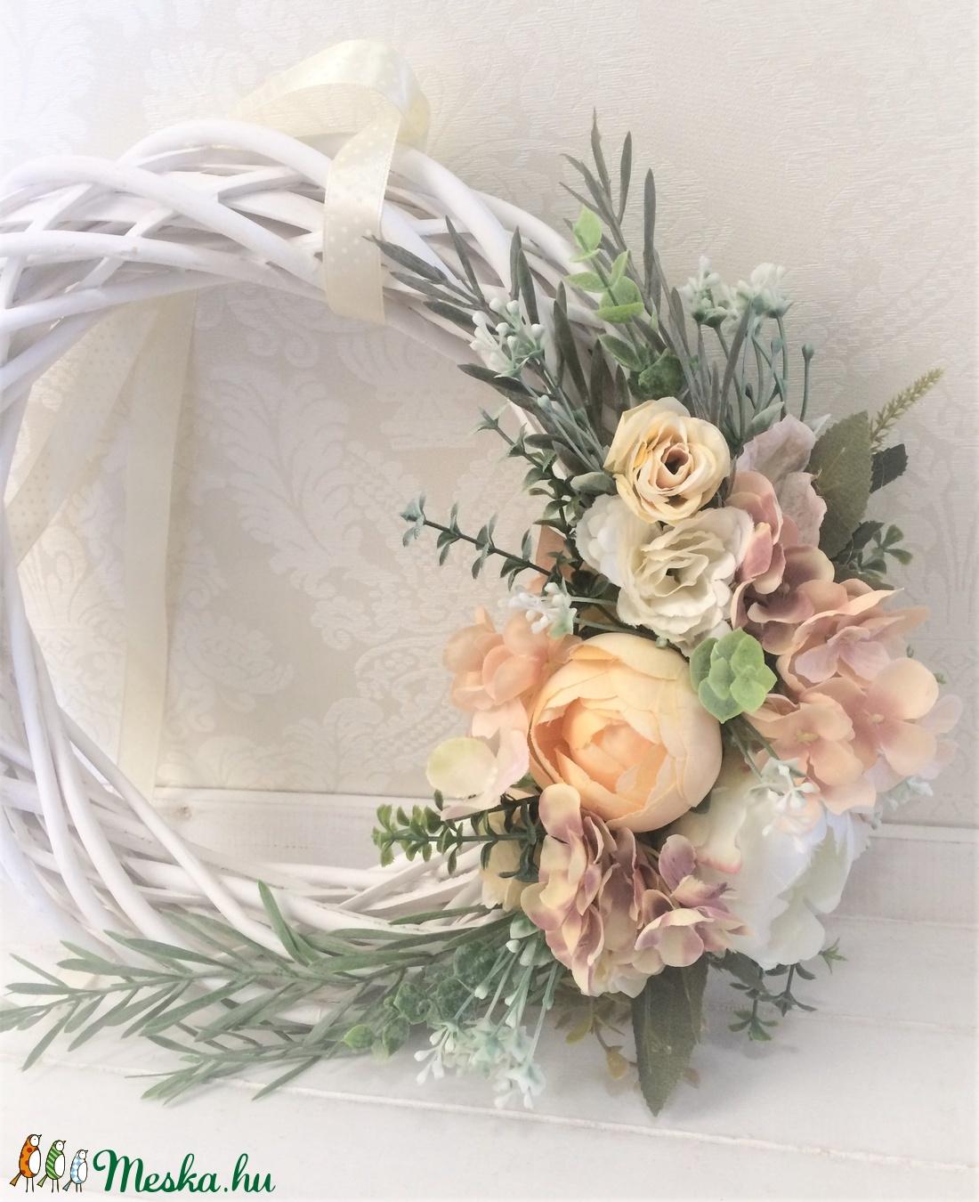 Bézs színű selyemvirágos vintage kerek ajtókopogtató fehér fa alapon - otthon & lakás - dekoráció - ajtódísz & kopogtató - Meska.hu