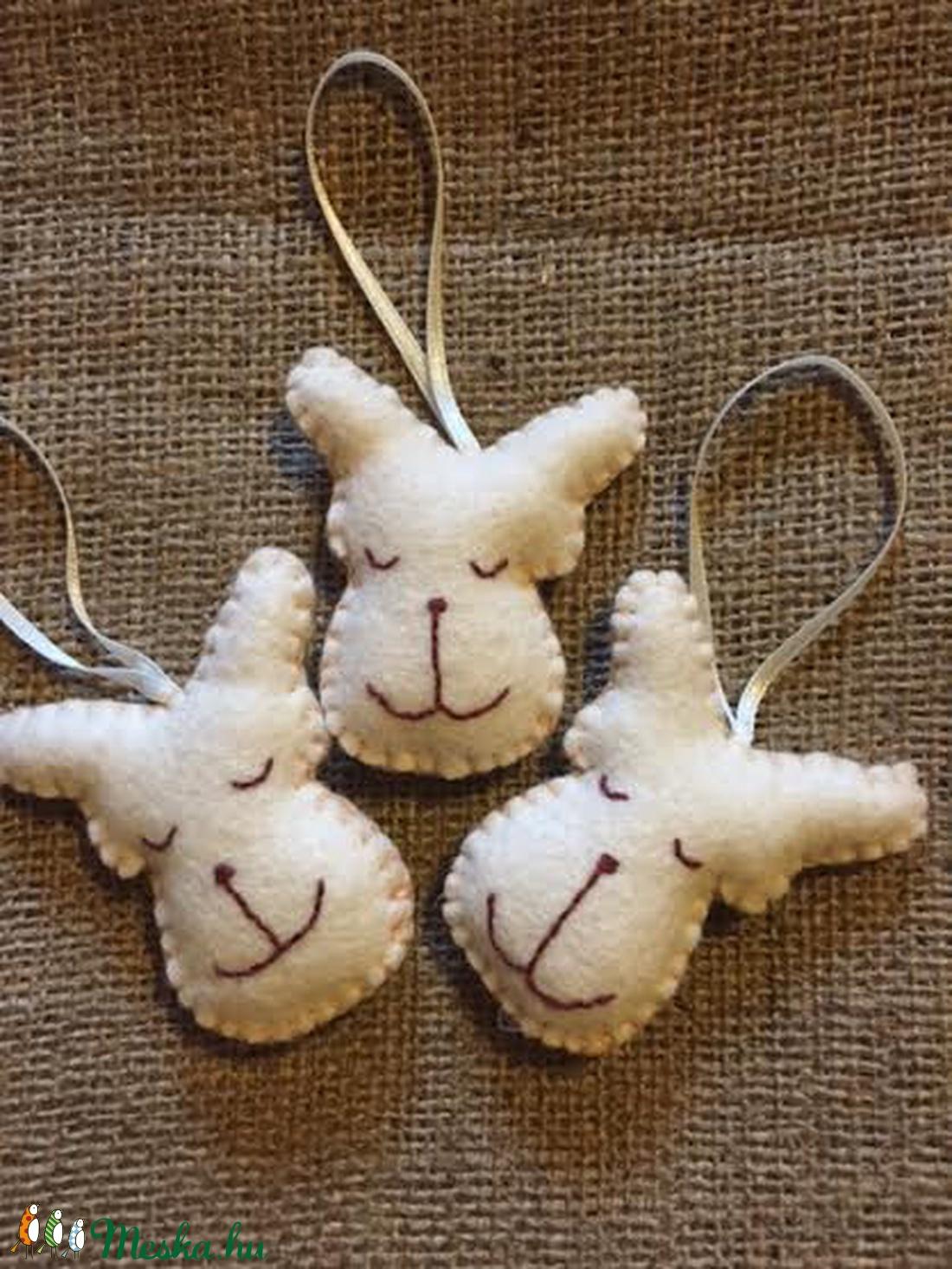 Mini rénszarvasok,fehér, filc karácsonyfa dísz - karácsony - karácsonyi lakásdekoráció - karácsonyfadíszek - Meska.hu