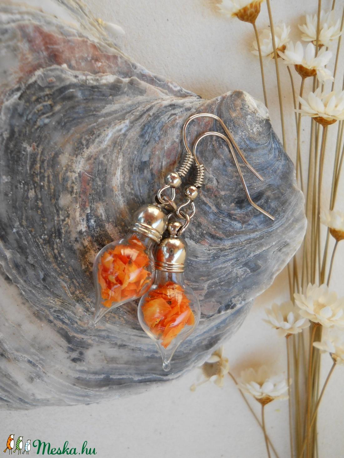 Csúcsos üvegpalack fülbevaló narancsszínű virágszirmokkal töltve (Pandasapi) - Meska.hu
