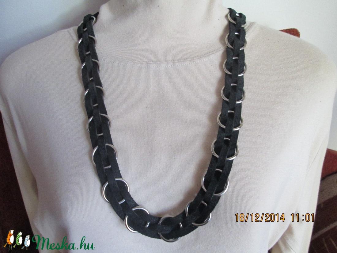 Fekete bőr nyaklánc karikákból - ékszer - nyaklánc - bogyós nyaklánc - Meska.hu