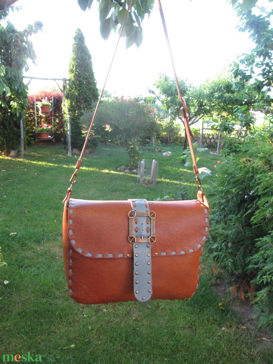 Szegecseléssel díszített női válltáska két színű bőrrel variálva - táska & tok - kézitáska & válltáska - válltáska - Meska.hu