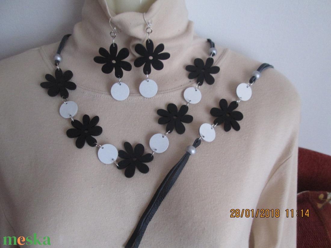 AKCIÓ!! Ékszerszett favirággal és bőrkoronggal fekete-fehér színvariációban - ékszer - ékszerszett - Meska.hu