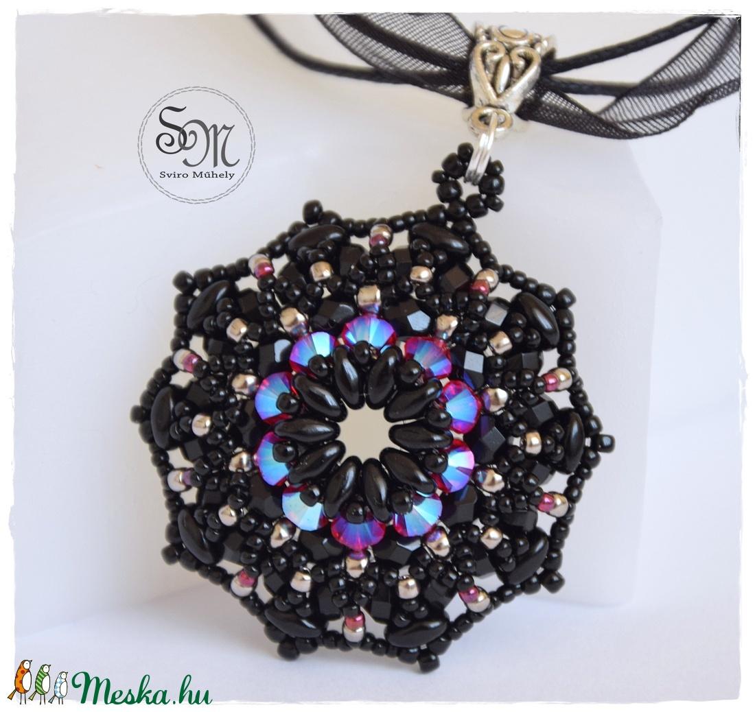 Éji pillangó, fekete - pink fűzött medál (sviro) - Meska.hu