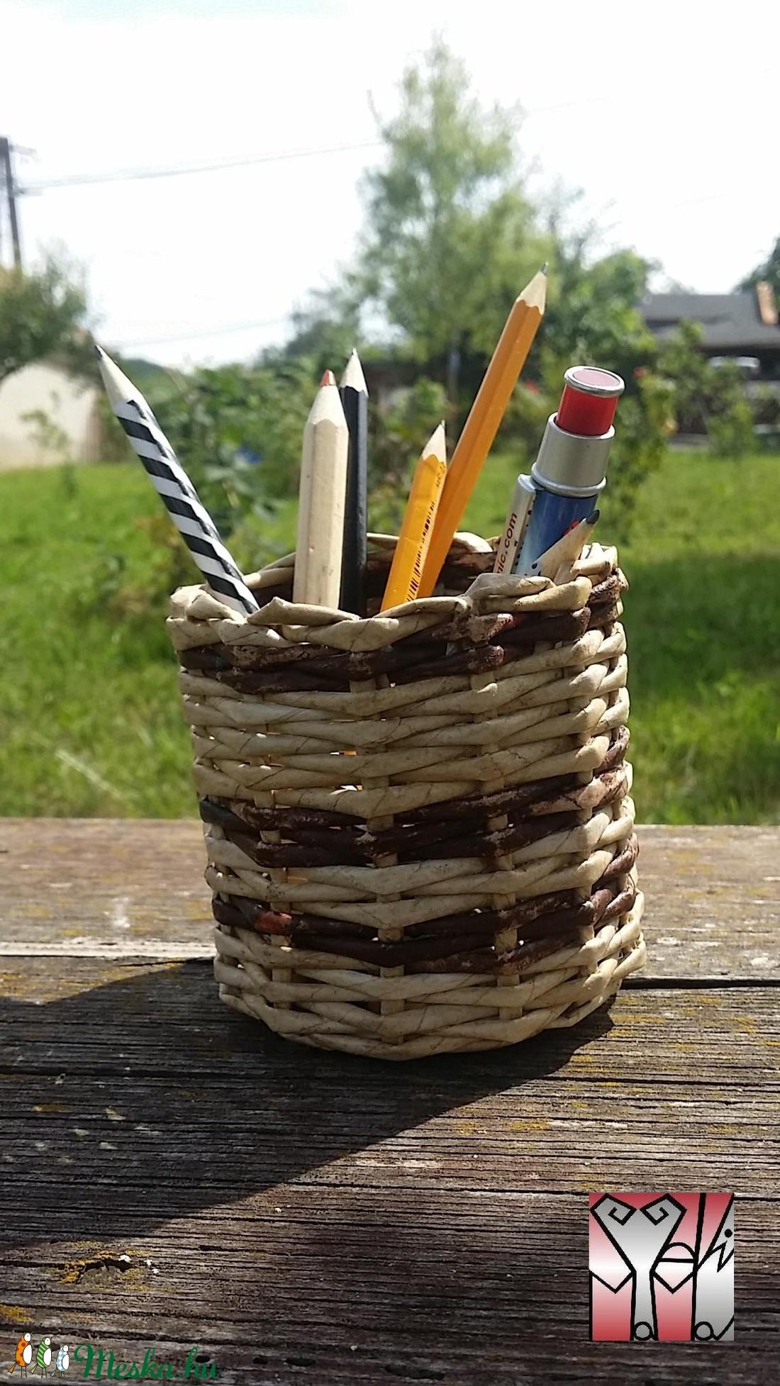 Papír fonott ceruzataró..2féle barna színnel (Szevimamarozsakertje) - Meska.hu