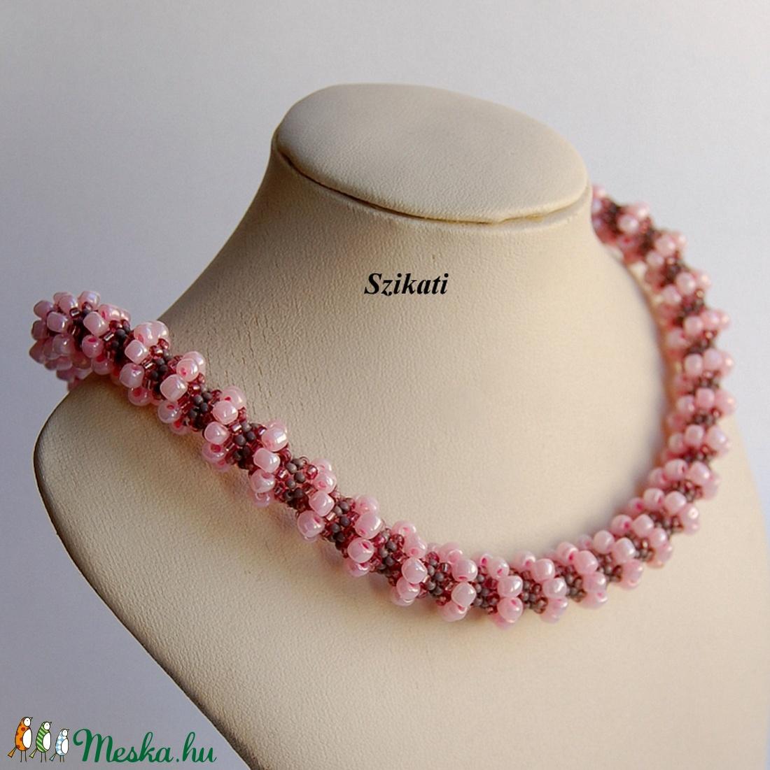 Rózsaszín - szürke gyöngyfűzött nyaklánc - ékszer - nyaklánc - gyöngyös nyaklác - Meska.hu