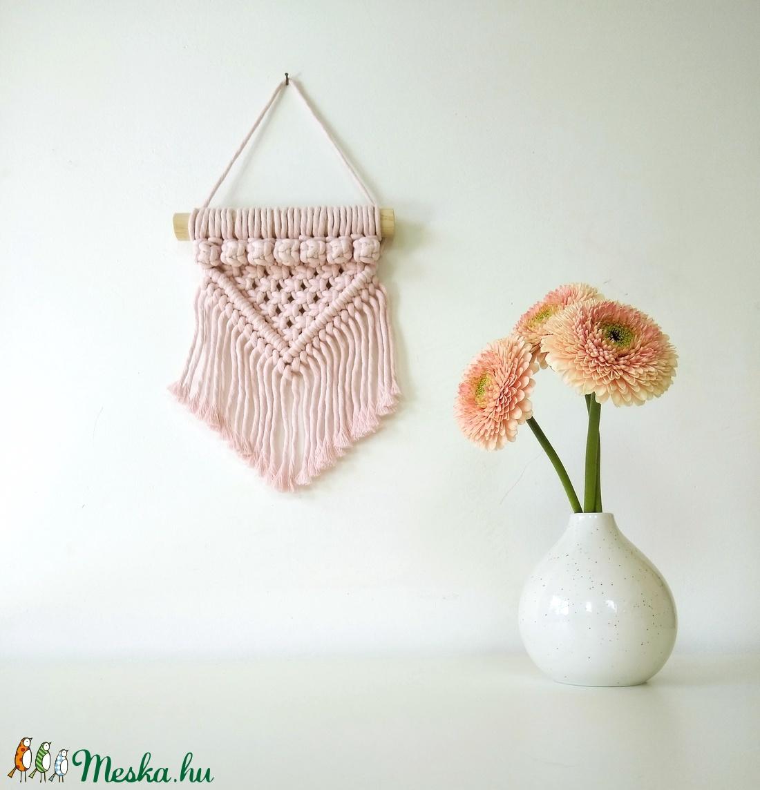 Mini bogyós makramé falidísz - Halvány rózsaszín - Meska.hu