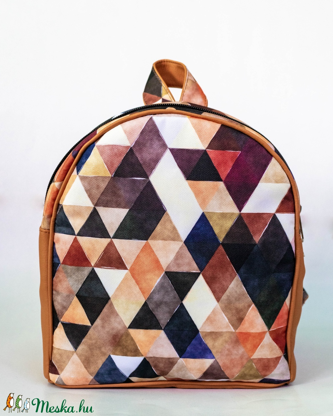 Kis méretű hátizsák - barna, geometriai mintával - táska & tok - hátizsák - kishátizsák - Meska.hu