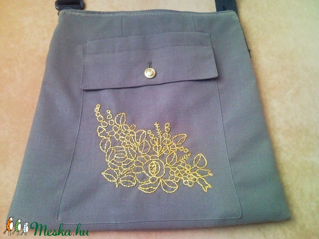 Katonai zubbonyból készült válltáska, táska, tarisznya arany színű kalocsai mintával - táska & tok - kézitáska & válltáska - válltáska - Meska.hu