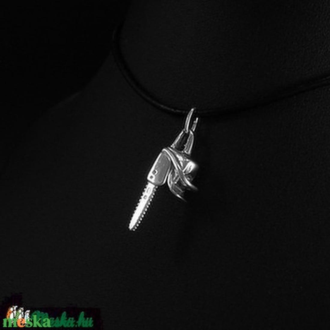 Láncfűrész medál ezüstből - ékszer - nyaklánc - medál - Meska.hu