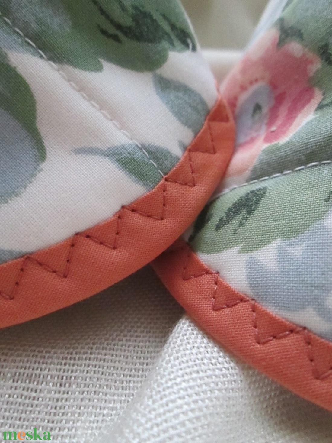 Edényfogó, fedőfogó, fülfogó -  rózsás mintával, barack- és zöld színnel (2 db) - otthon & lakás - konyhafelszerelés - edényfogó & edényfedő - Meska.hu