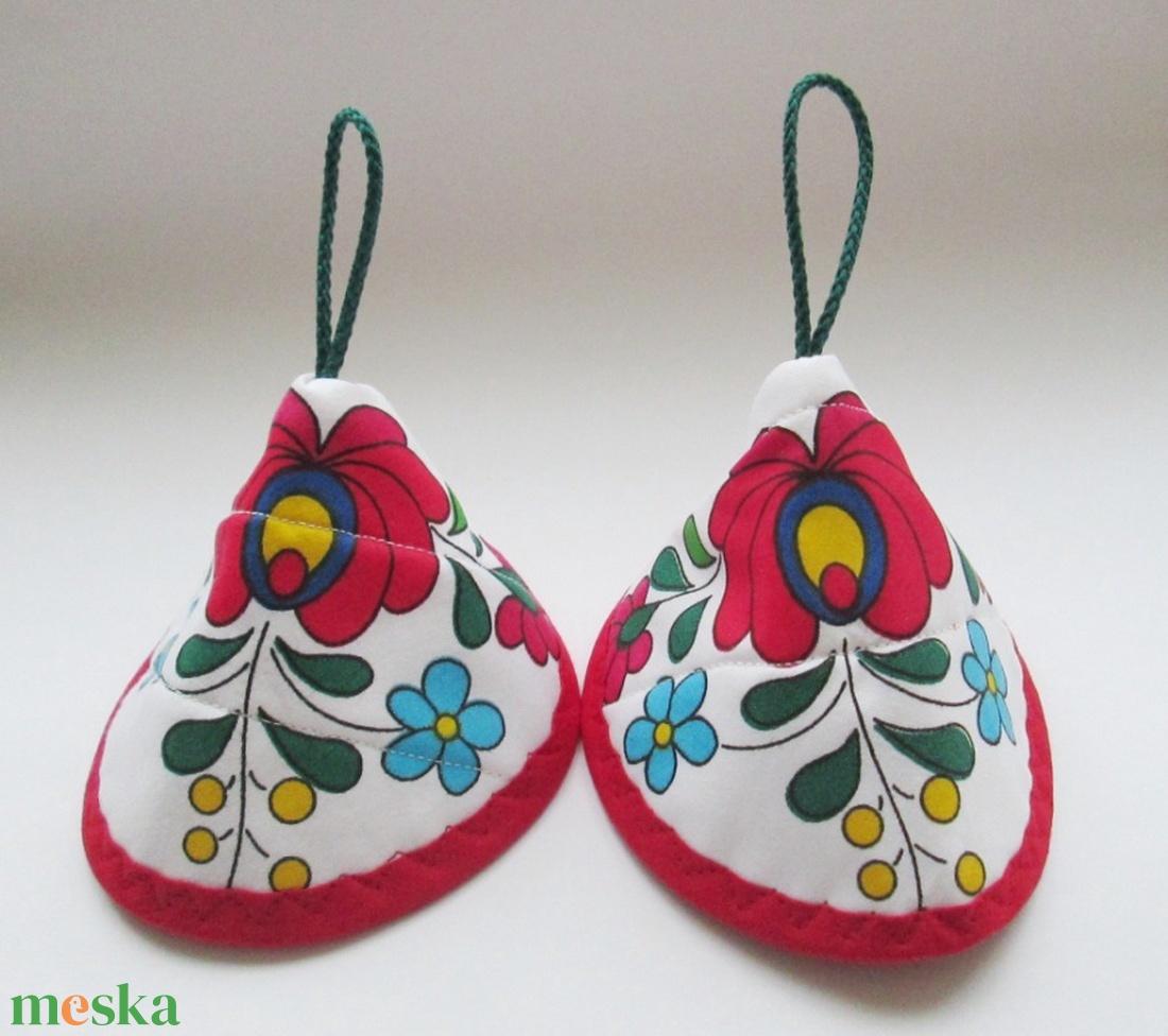 Edényfogó, fedőfogó, fülfogó - stilizált matyó rózsás mintával, piros szegéllyel (2 db) leírása - otthon & lakás - konyhafelszerelés - edényfogó & edényfedő - Meska.hu