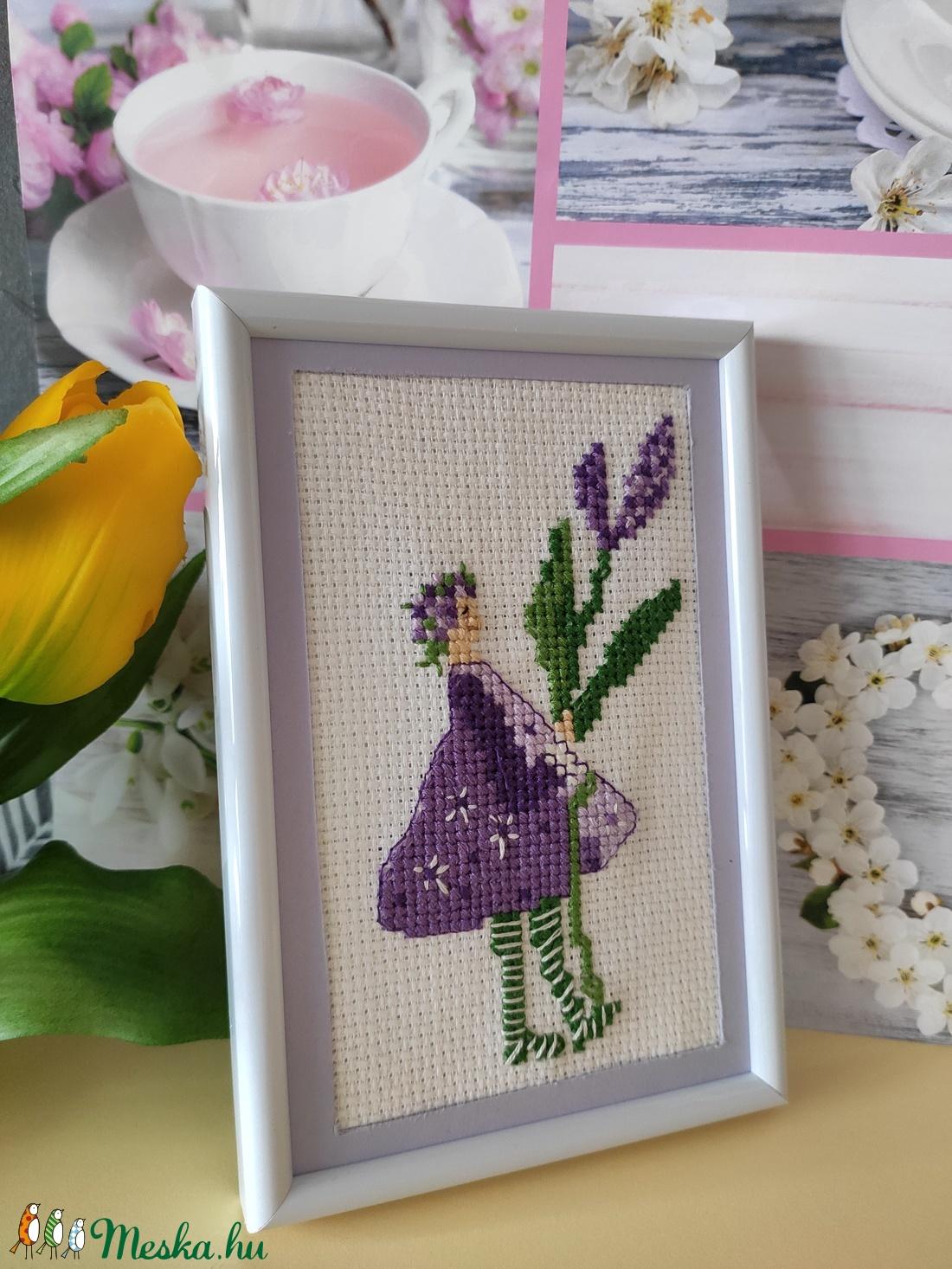 Keresztszemes hímzés lila virágos tavaszi lány - Meska.hu