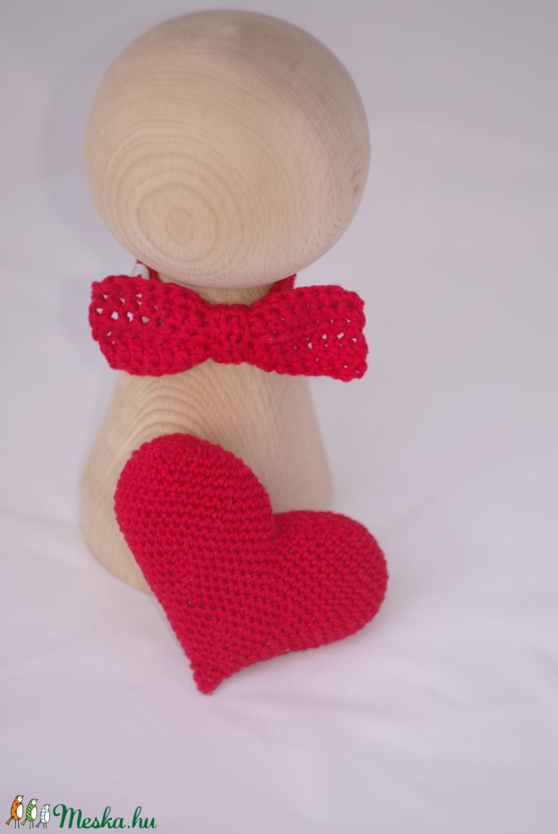 Piros horgolt nyakkendő+szivecske szett (Zebubaby) - Meska.hu