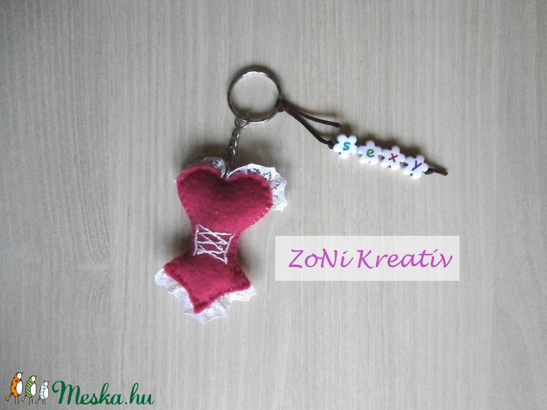 2a70cb5006 Filc kulcstartó,, táskadísz, csipkés, fűzős női kombiné, fehérnemű