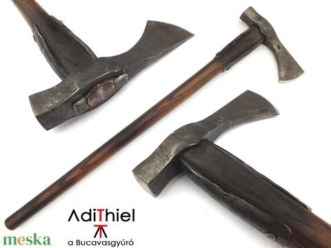 Nyelezett kovácsolt acél kun fokos, rövid, égetett és olajozott tölgyfa nyéllel , [FN_01a] - Meska.hu