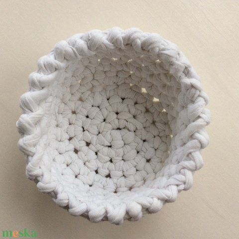 Horgolt kosár fehér újrahasznosított pólófonalból, szemüvegtartó, papírzsepitartó, smink, ÖKO, zéró hulladék, zero waste - Meska.hu