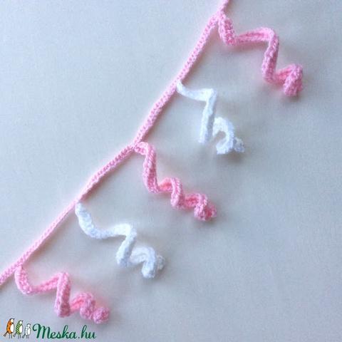 Egyedi, kisbabának babakocsira, kiságyra felakasztható horgolt kunkori lógóka, szélfogó - rózsaszín és fehér színben - Meska.hu