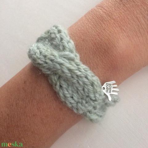 Pasztell szürke fonott kötésű karkötő gyapjú fonalből - nőknek és lányoknak is ajánlom. ÖKO zéró hulladék, zero waste - Meska.hu