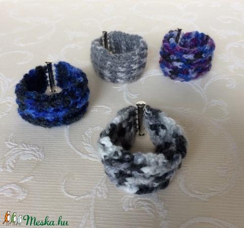 Egyedi horgolt széles karkötő a fekete, szürke és fehér színeiben, ezüst színű mágneses kapoccsal - unisex, hippi, retro - Meska.hu