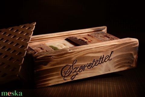 Feliratozható eltolható tetejű fa ajándékdoboz 3 választható kecsketejes gyógynövényszappannal - Meska.hu