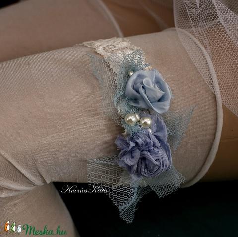 VALAMI KÉK -  art to wear harisnyakötő  (Aranybrokat) - Meska.hu