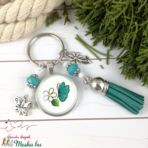 Zöld pillangó bojtos üveglencsés kulcstartó táskadísz bojtos mikulás karácsony szülinap névnap nyár ajándék (Arindaekszerek) - Meska.hu