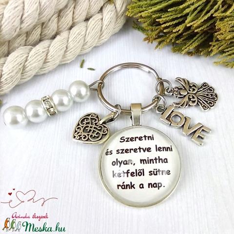 Szeretni és szeretve lenni feliratos üveglencsés kulcstartó táskadísz Mikulás karácsony szülinap névnap ajándék  - Meska.hu