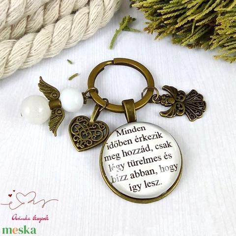 Minden időben érkezik üveglencsés kulcstartó táskadísz fehér angyallal pedagógus szülinap névnap karácsony mikulás - Meska.hu