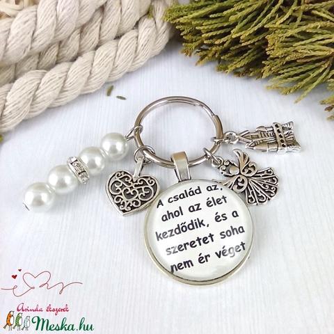 A család az, ahol az élet kezdődik feliratos üveglencsés kulcstartó táskadísz karácsony szülinap névnap - Meska.hu