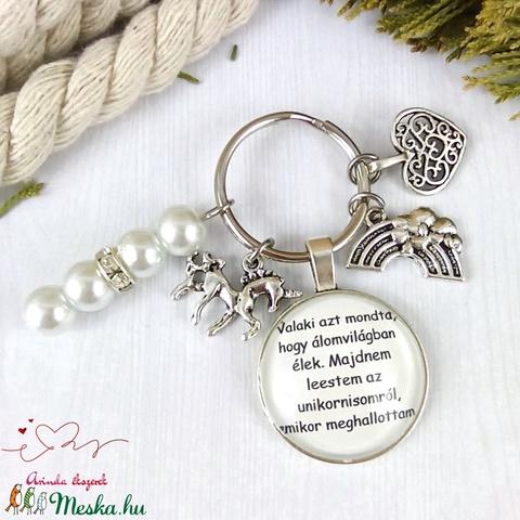 Valaki azt mondta hogy álomvilágban élek unikornis feliratos üveglencsés kulcstartó táskadísz karácsony szülinap névnap - Meska.hu