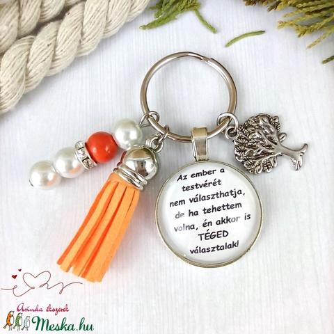 Az ember a testvérét nem választhatja feliratos piros bojtos üveglencsés kulcstartó táskadísz karácsony  - Meska.hu