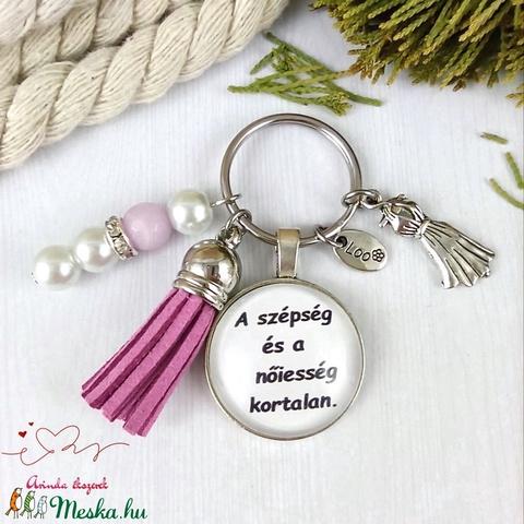 A szépség és a nőiesség kortalan feliratos rózsaszín bojtos üveglencsés kulcstartó táskadísz karácsony  - Meska.hu