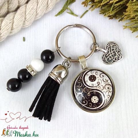 Jinjang mintás fekete bojtos üveglencsés kulcstartó táskadísz bojtos karácsony szülinap névnap nyár ajándék - Meska.hu