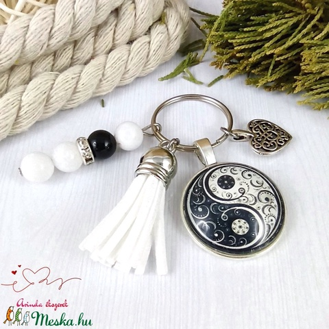 Jinjang mintás fehér bojtos üveglencsés kulcstartó táskadísz bojtos karácsony szülinap névnap nyár ajándék - Meska.hu