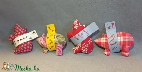 Szerencsemalac piros kollekció, textil malac, ajándékkísérő, meglepetés malac, piros mintás malackák - Meska.hu