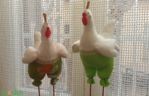 Vidám tyúkok zöldben, lábon álló tavaszi tyúk, konyhai textil dekoráció - Meska.hu