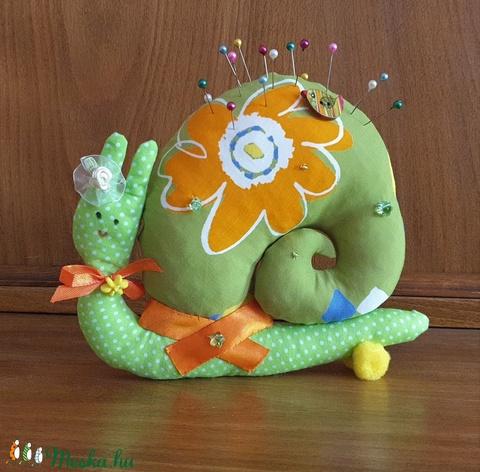 Tavaszváró zöld csiga, vidám textil csiga, csiga tűpárna, textil dekoráció - Meska.hu