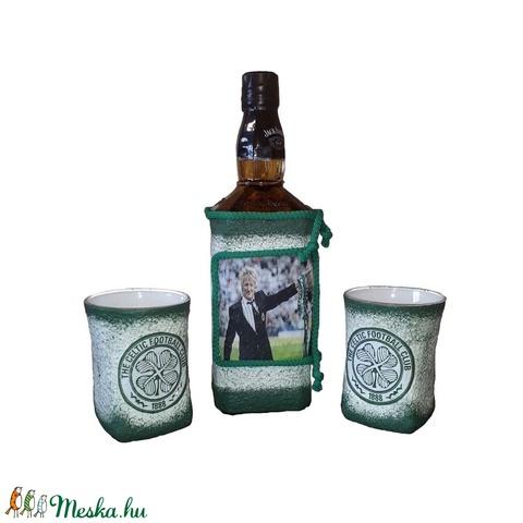 Kelta focicsapat emblémájával és fotoval dekorált whiskys üveg whiskys poharakkal rajongói ajándék.  - Meska.hu