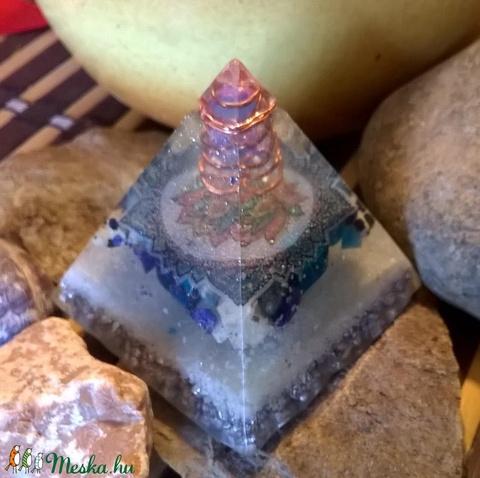 ORGONIT piramis hegyi kristály csúccsal, lapis lazuli, brazil azurit, dalmata jáspis ásványból és gyantából (blueklarion) - Meska.hu