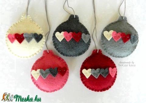 Karácsonyi gömbök szívekkel - bordó-szürke - 5 db - Meska.hu