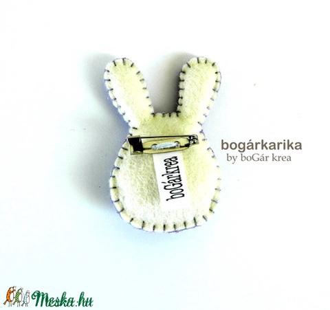 Nyuszi kitűző - lila virágos - Meska.hu