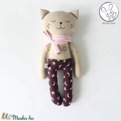Alvó cica, csillagos nadrágban - textil figura, játék állat, puha baba, designer fejlesztő játék - Meska.hu