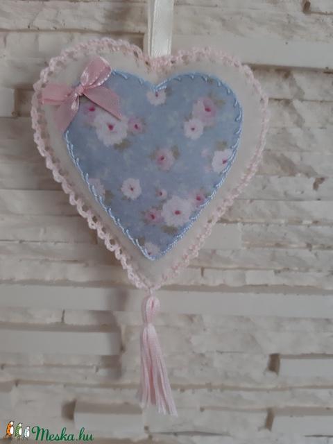 Szívecske filc dekoráció - pasztellkék, virágos - otthon & lakás - dekoráció - falra akasztható dekor - Meska.hu