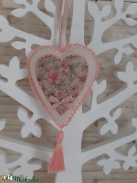 Szívecske filc dekoráció - barackszín, virágmintás - otthon & lakás - dekoráció - falra akasztható dekor - Meska.hu