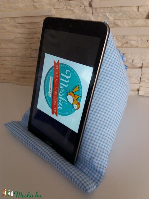 Tablet, telefon és kütyütartó párna - kék, kockás, mintás kék virággal - Meska.hu