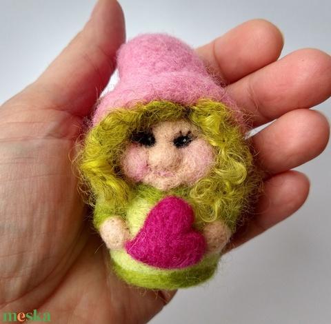 Kedves manó lány - egyedi figura szívvel, gyapjúból nemezelve - Meska.hu